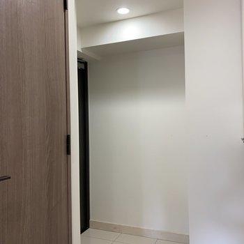 三角形玄関△隣のシューズボックス下も収納できそう!※写真は4階同間取り別部屋のものです