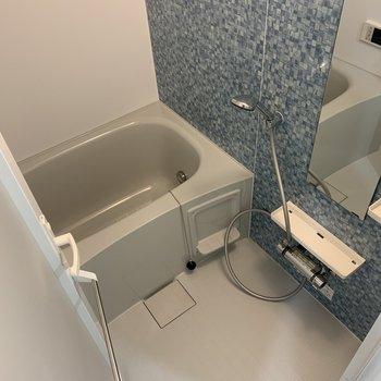 ゆっくり足が伸ばせるバスルーム。浴室乾燥機脳付。