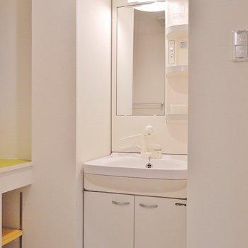 お隣は洗面。※写真は同タイプの別室
