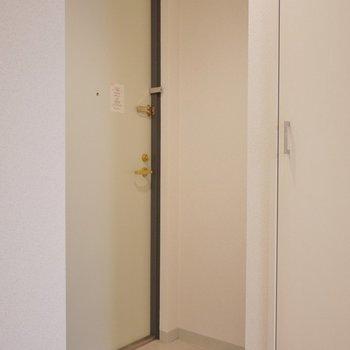 こじんまりとした玄関。※写真は同タイプの別室