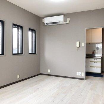 【LDK】こっちにも窓が3つあるから明るいですよ※家具はサンプルです