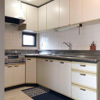 【LDK】キッチンスペースは大きくて収納もしっかり※家具はサンプルです