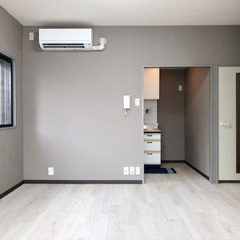 【LDK】反対側にはキッチンがちらっと見えます※家具はサンプルです