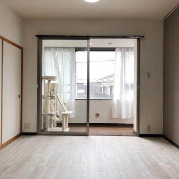 【LDK】明るいグレーのアクセントクロスでクールな印象※家具はサンプルです