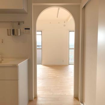 キッチンの隣にはリビングにつながるアーチ※写真は前回募集時のものです