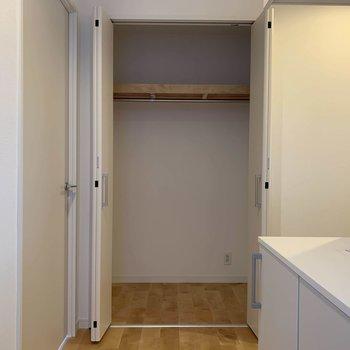 玄関を入って正面にもクローゼット。※写真は前回募集時のものです