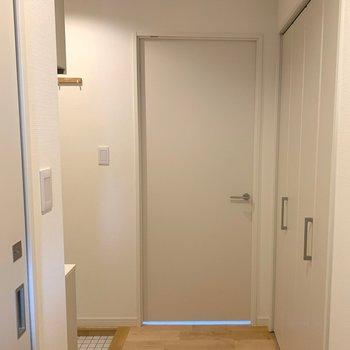 こちらのドアは寝室へつながります※写真は前回募集時のものです