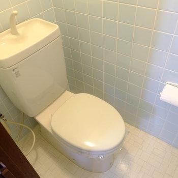 トイレはシンプル。コンセントはあります。