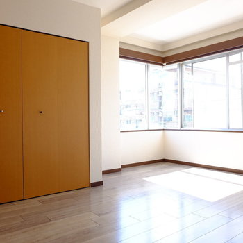 6.5帖の洋室。窓が可愛いですね