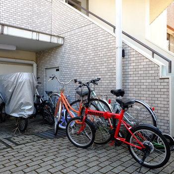 エントランスは自転車多め...