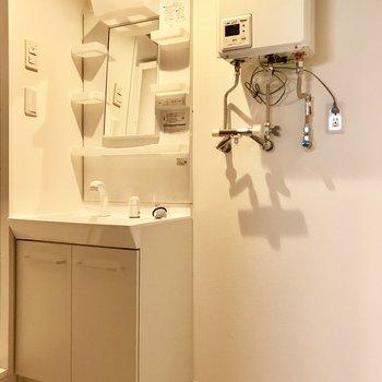 洗面台はシンプルなもの。横は洗濯機スペースですよ。