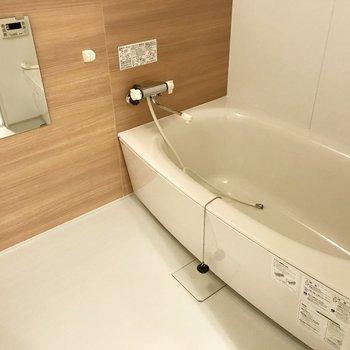 お風呂はこちら。ウッド調の壁がまたいい◯