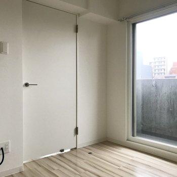ベランダへはこのお部屋から行けますよ。