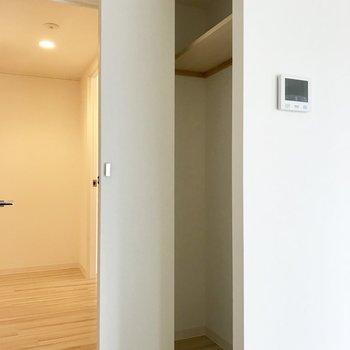 廊下にクローゼットを発見。家族共有のものをしまいましょ。