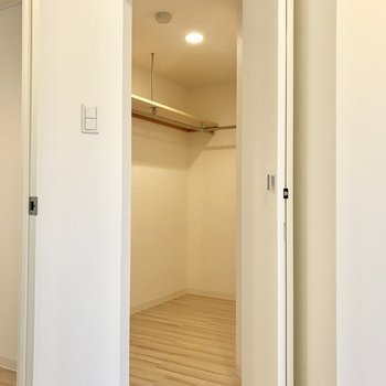 ウォークインタイプのクローゼットはお部屋の角にあるの。