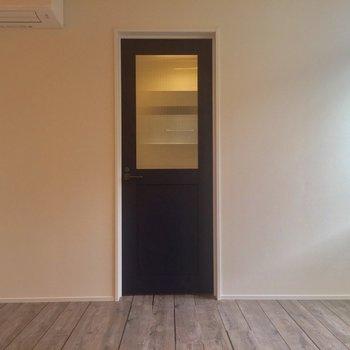 こちらのドアを開けると、