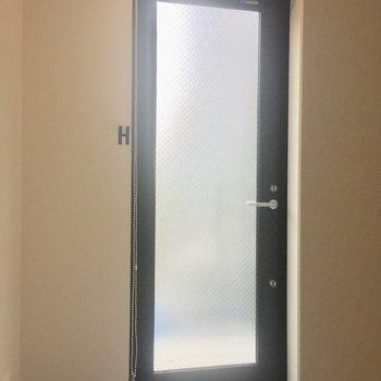 玄関にもロールカーテンが!玄関土間です。