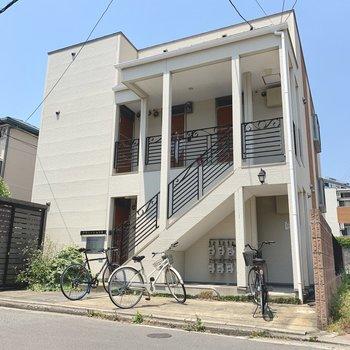 なんだかオシャレな木造アパート。階段を登ってすぐのお部屋です。