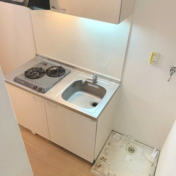 すぐ先にはキッチンと洗濯機置場!冷蔵庫置場はコンロ側に。(※写真は清掃前のものです)