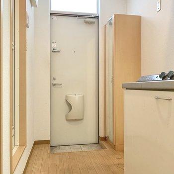 玄関は広くないので、傘立ては扉に付けるものをチョイス!(※写真は清掃前のものです)