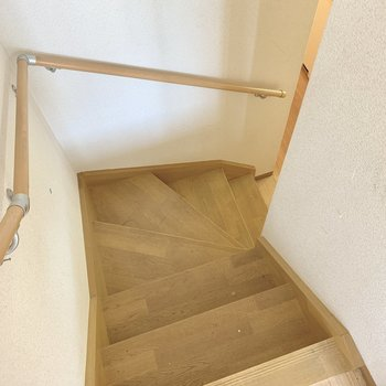 階段を降りてみましょ〜。(※写真は清掃前のものです)