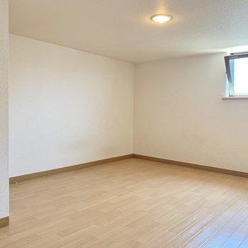 照明も小窓もあります!寝室にぴったりなスペースです。(※写真は清掃前のものです)
