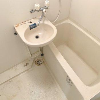 2点ユニットですが、鏡や棚もあって使いやすそう。(※写真は清掃前のものです)