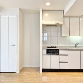 【LDK】キッチン横に冷蔵庫置き場と収納棚。