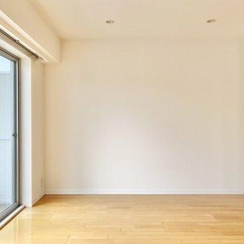 【洋室】寝室は約7帖あります。