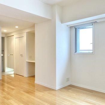 【LDK】テーブルは窓際が良いかな。玄関横には収納とカウンターが。