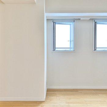 【LDK】キッチン反対側を見ると小窓が2つ並んでいます。