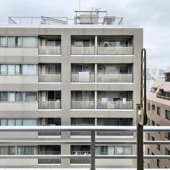 眺望はお隣のマンションと空が見えます。