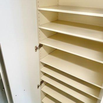 靴箱は棚が多くたくさん入りますよ。