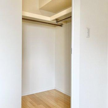 【洋室】収納はウォークイン!たくさん入りますよ。