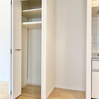 【LDK】キッチン横の収納はパントリーとして。