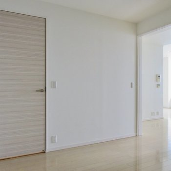 【5.5帖洋室】LDKと廊下につながっています