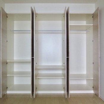 【6.9帖洋室】それぞれ棚の高さが違うので丈の長さにあわせてしまえます