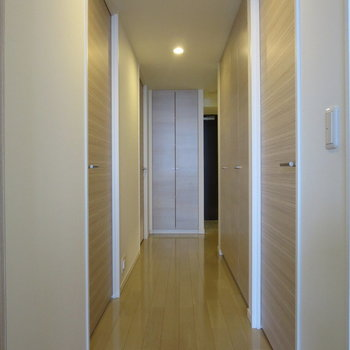 オレンジのライトに照らされた廊下はあたたかみがあります