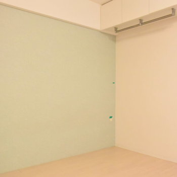 ミントグリーンの壁紙がさわやか