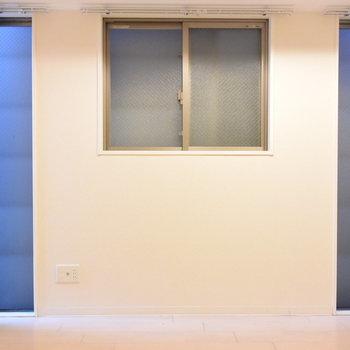 窓はたくさんありますが、室内は暗め…