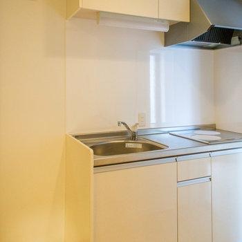キッチン横には冷蔵庫置場あり※写真は前回募集時のものです