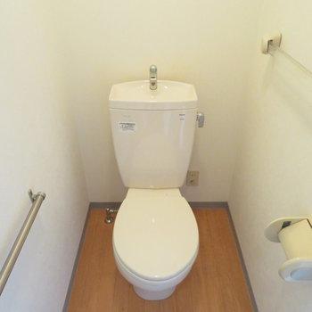 トイレはシンプルタイプ(※写真は5階の同間取り別部屋のものです)