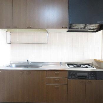 キッチン周りの収納も充実(※写真は5階の同間取り別部屋のものです)