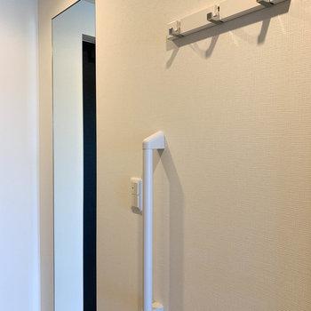玄関には全身鏡やコートハンガーも。親切設計。※写真は前回募集時のものです
