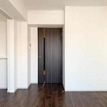 【LDK】ベランダから見ると。隣の部屋との引き戸を開けて広いワンルームとしても。※写真は前回募集時のものです