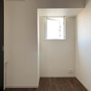 【BR】引き戸を閉めると。反対側には窓もついてます。※写真は前回募集時のものです