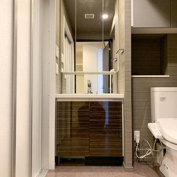 脱衣所には独立洗面台がドーンと。※写真は前回募集時のものです