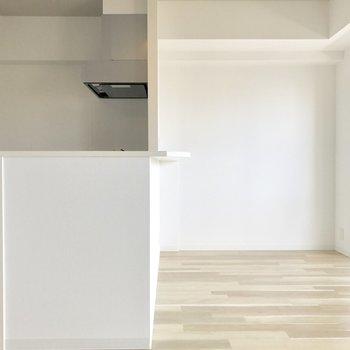 左側はキッチンスペース。右側はダイニングスペースかな。