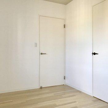 左の扉は廊下へ。右の扉は、、、?