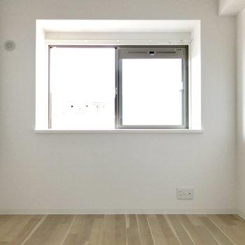 リビング横の洋室。出窓だから小物でも飾りたい。